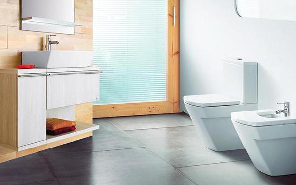 Bidet i pisuar w łazience - jakie mają wymiary, do czego służą, jak je montować